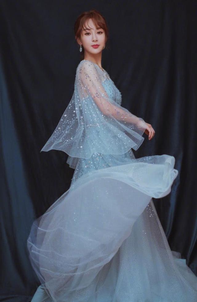 """杨紫终于会凹时尚了,穿裙子镶""""1000颗钻"""",亮得让人移不开眼!"""