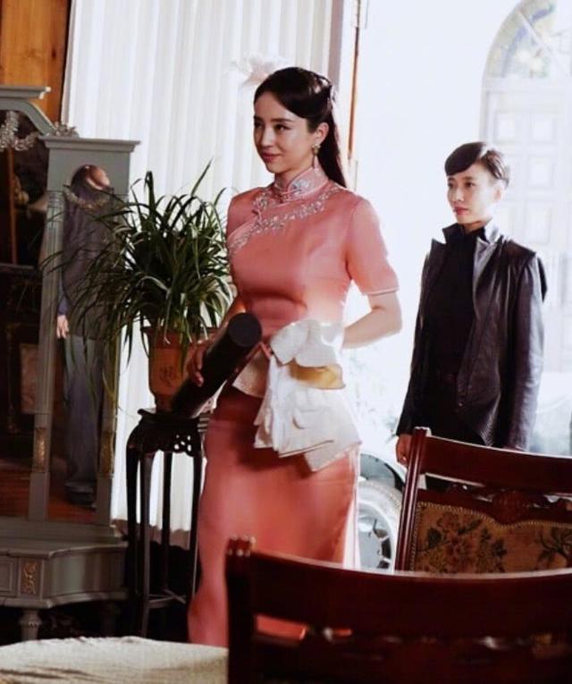 """36岁董璇复出拍戏,穿粉色旗袍大秀身材,意外带火""""西瓜胯"""""""
