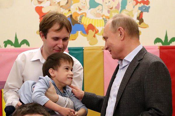 俄罗斯总统普京造访儿童收容所 庆祝东正教圣诞节