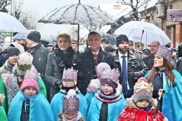 华沙:波兰总统安杰伊携夫人出席主显节游行