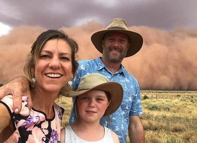 澳一家三口进城庆祝新年遇罕见沙尘暴 合影留念