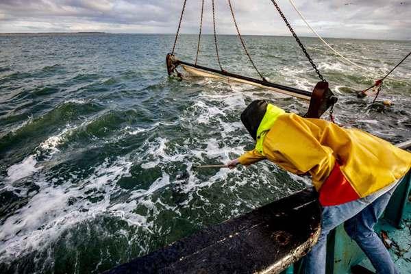 荷兰特佐伊号货轮集装箱遗失事件后续 渔民出海打捞