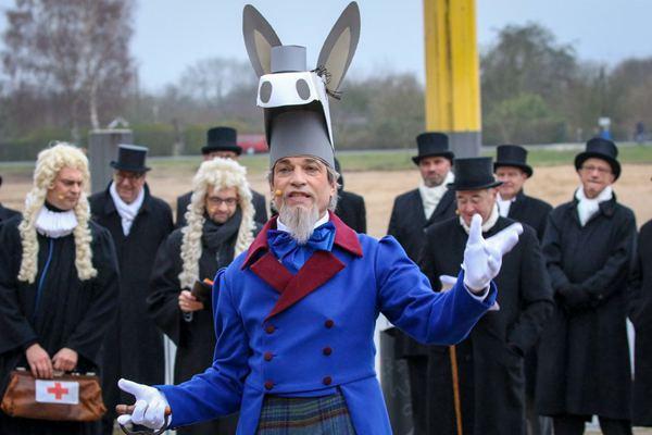 德国不来梅举办传统活动 裁缝扮驴子提熨斗过河