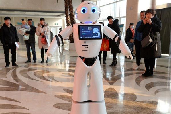 """邯郸首个门诊导诊机器人上岗 小医""""呆萌可爱吸引众多患者"""