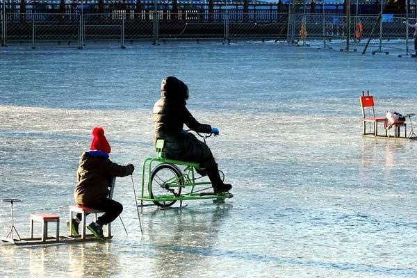 北京:市民什刹海冰上乐翻天