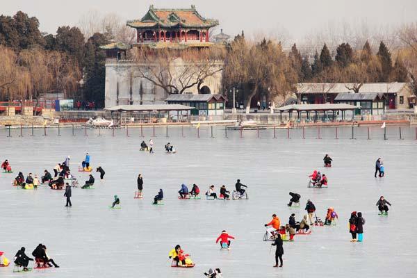 北京:冬日颐和园游客乐享冰场嘉年华