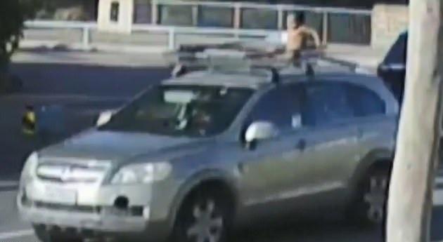 澳4岁男童坐车顶 妈妈知情仍淡定驾驶