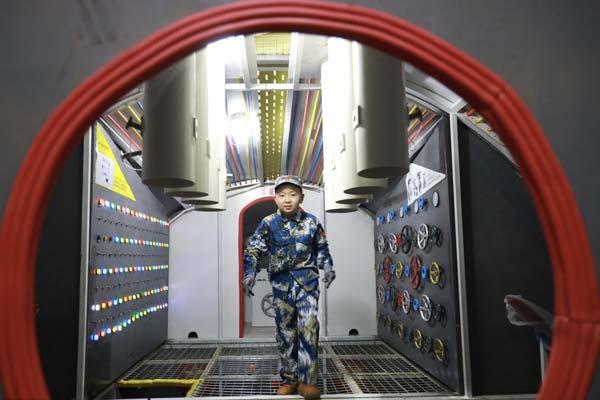 潜艇开进沈阳商场里 小朋友体验潜艇兵的生活