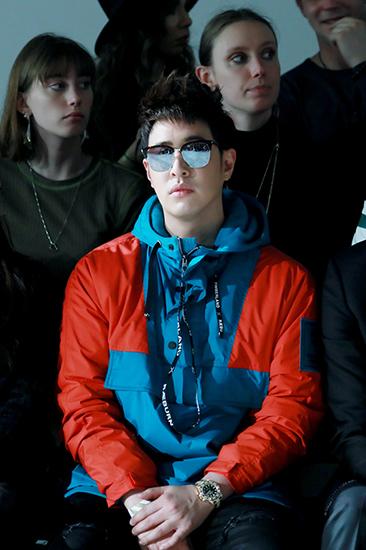潘玮柏出席伦敦时装周 前卫搭配显超高时尚度