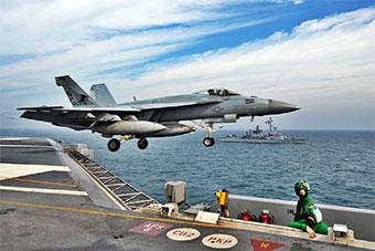 美国航母和法国军舰举行联合演习展示实力