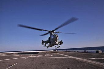 美国海军陆战队最先进武装直升机进行演练