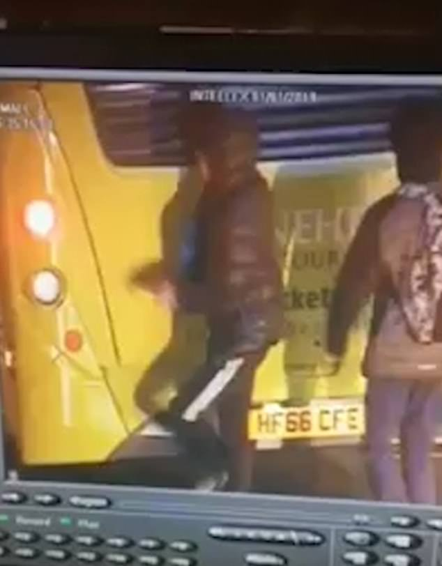 危险!英国两少年扒行驶的公交车后 险酿惨剧