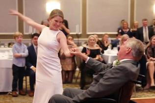 泪目!女儿婚礼上与绝症父亲轮椅共舞