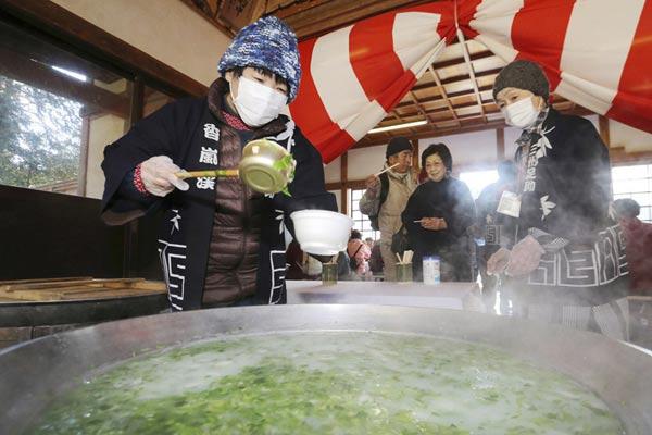 日本民众参加神社施粥活动 祈求新年身体健康