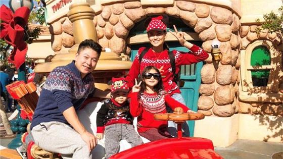 李小鹏夫妇携儿女游迪士尼 奥莉与弟弟古灵精怪超可爱