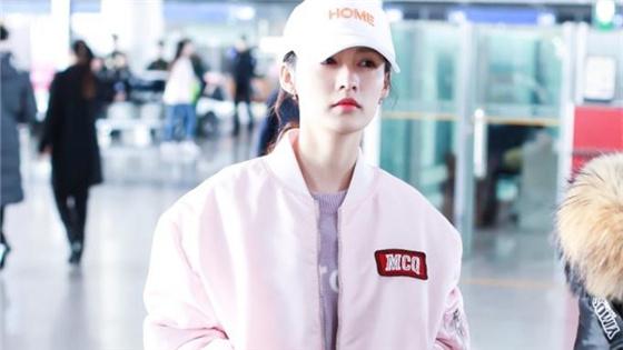 李沁一身粉色少女感十足 化淡妆气色好小表情可爱
