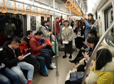 同学妈妈患癌 成都学子为同学地铁上英语演讲募捐213 作者: 来源: 发布时间:2019-1-8 12:16