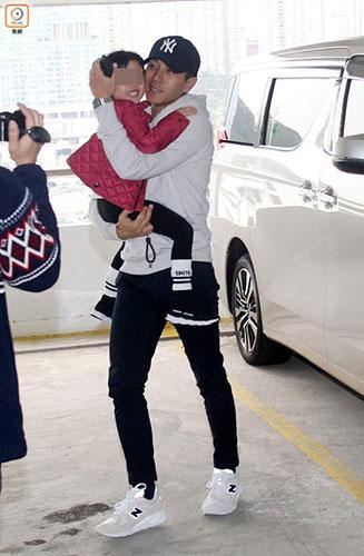 刘恺威带女儿外出 小糯米坐爸爸怀中开心大笑