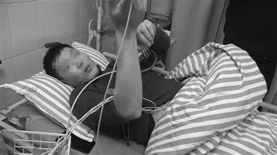 朋友将刘师傅送至医院抢救。