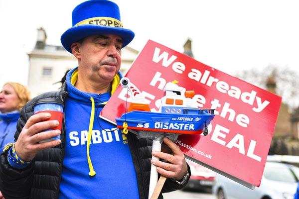 英议会确定15日将表决脱欧协议 反脱欧民众围堵议会大楼