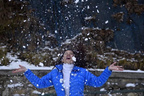 尼泊尔:加德满都迎来冬日第一场雪 市民雪中尽欢乐