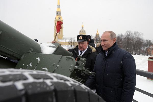 普京走访彼得保罗要塞 亲上阵发射榴弹炮庆东正教圣诞节