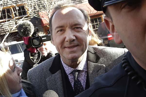 影星凯文-史派西性丑闻案开庭审理 拒认被控罪名