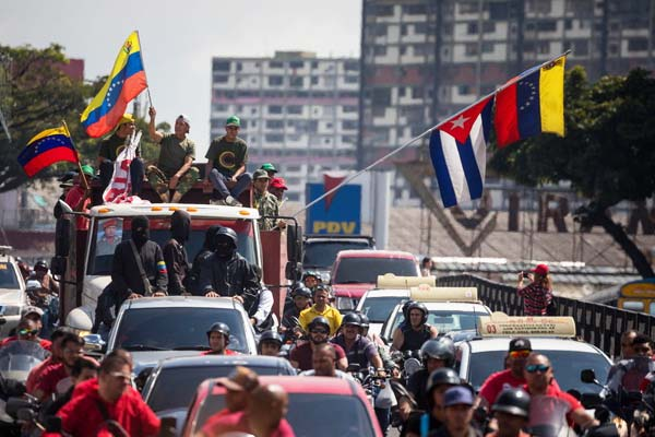 委内瑞拉总统马杜罗将开始第二任期 支持者列车队摇旗庆祝