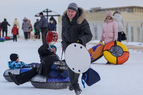 俄罗斯莫斯科:冬季休闲胜利公园滑冰欢乐多多