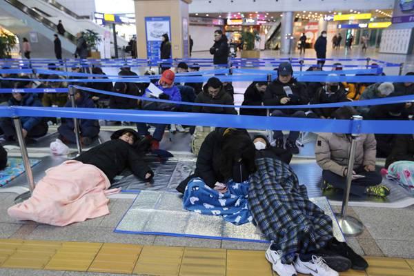 """韩国""""春运""""火车票开售 民众打地铺熬夜抢票"""