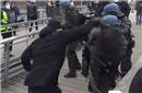 """法国""""黄背心""""拳王痛殴特警后自首 已有5600人被拘"""