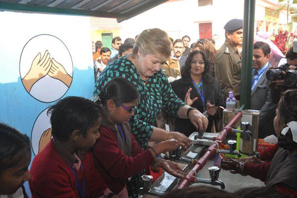 """挪威首相访问印度政府学校 与学生同洗手提倡""""卫生""""教育"""