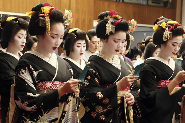 日本艺伎参加新年典礼 唇红面白分外吸睛