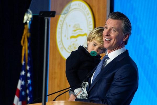 美加州新任州长加文·纽森就职演说 两岁儿子求抱抢镜