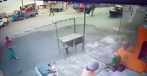 印度一女清洁工被垃圾车撞倒后自行站起毫发无损