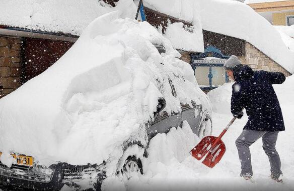 冬季风暴袭击中欧:大雪已致4死 超万名游客被困