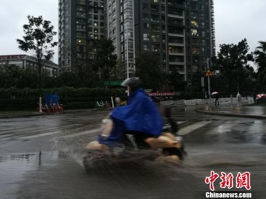 云南多地迎来强降雨 暴雨蓝色预警继续发布