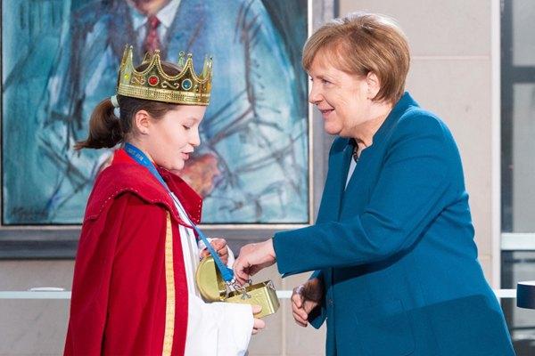 德国总理默克尔接见儿童小歌手 一起手拉手拍大合照