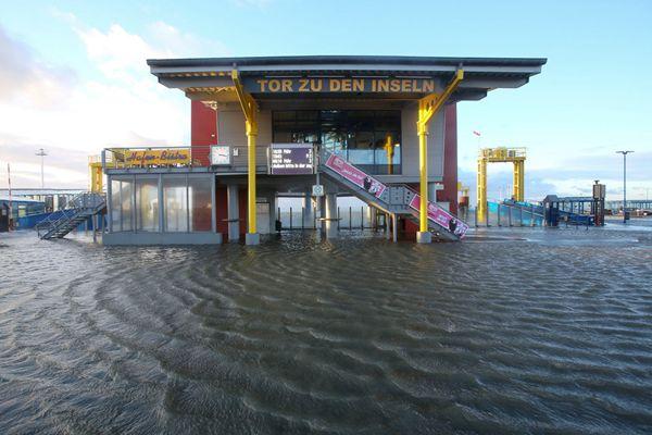德国多地遭风暴潮袭击 街头洪水肆虐一片汪洋