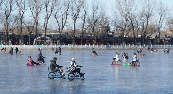游客冰场享受冰上运动乐趣