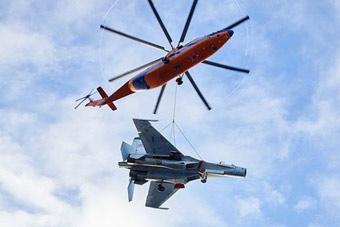 世界最大直升机米26又秀绝技 这次吊的是战斗机