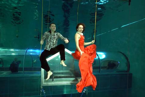 艺术家与潜水员在世界最深泳池无氧共舞3分钟