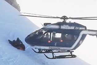 法国直升机贴近阿尔卑斯山斜坡营救受伤滑雪者