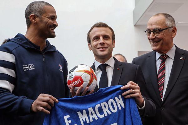 马克龙出席新手球场馆落成仪式 获赠手球和球衣喜笑颜开