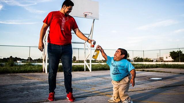 身高不是问题!镜头记录墨西哥最高和最矮男子友谊