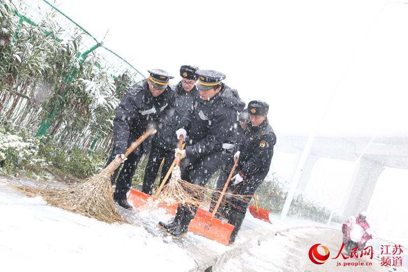 南京迎2019年首场大雪 近两万人走上街头扫雪