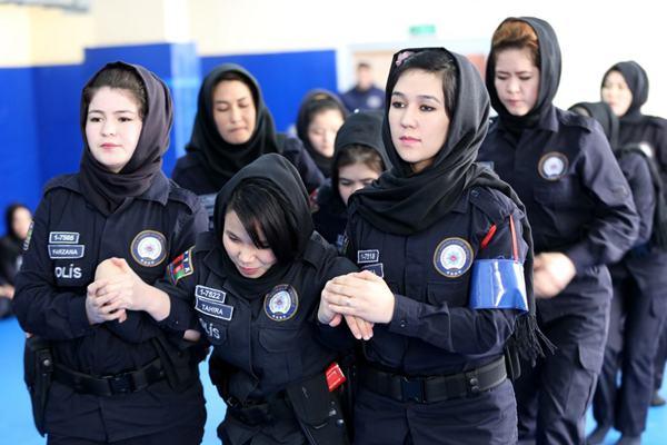 阿富汗女警学员在土耳其参加特训 雪里持枪射击英姿飒爽