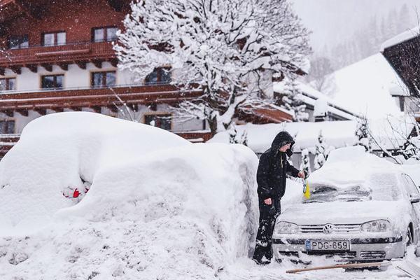 冬季风暴席卷奥地利带来大暴雪 1.2万名游客被困