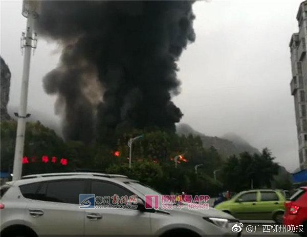 柳州一违建仓库发生火灾,黑烟冲天