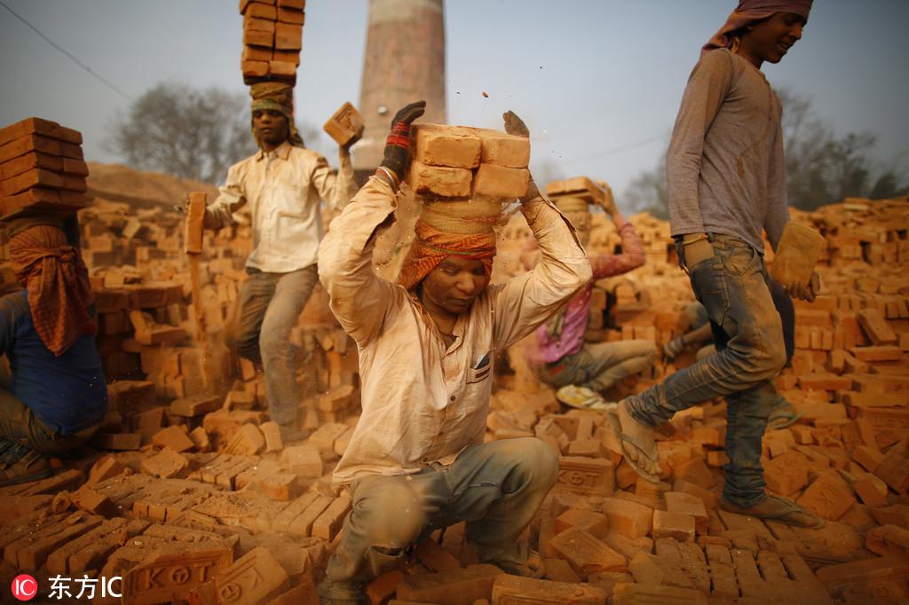 """实拍尼泊尔砖厂""""候鸟""""工人 在恶劣环境中艰难谋生"""